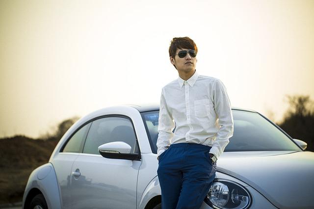 muž u automobilu