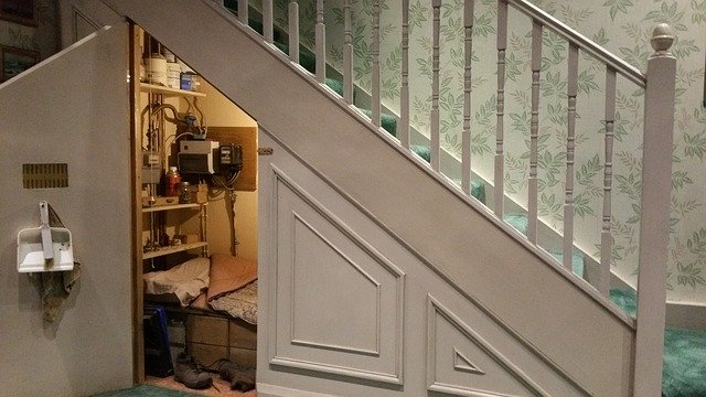 skříň pod schodištěm.jpg