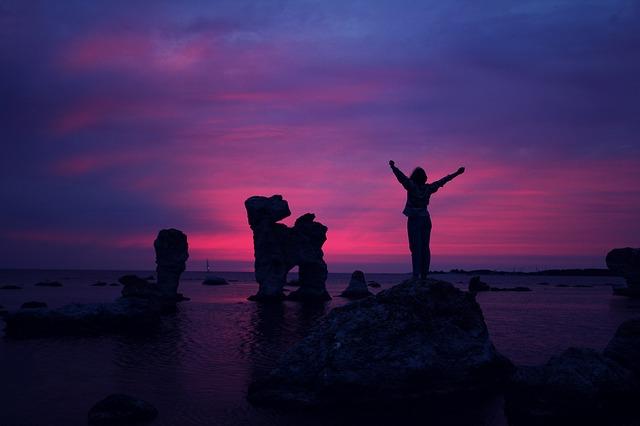 osoba na kameni