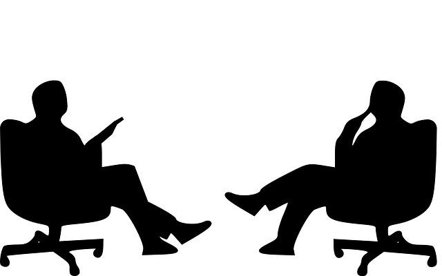 muži na židlích