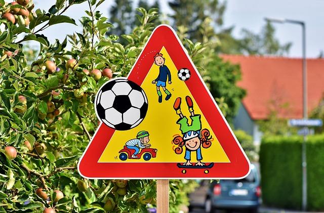 Značka upozorňující na hrající si děti na ulici