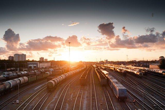 vlaky v západu Slunce