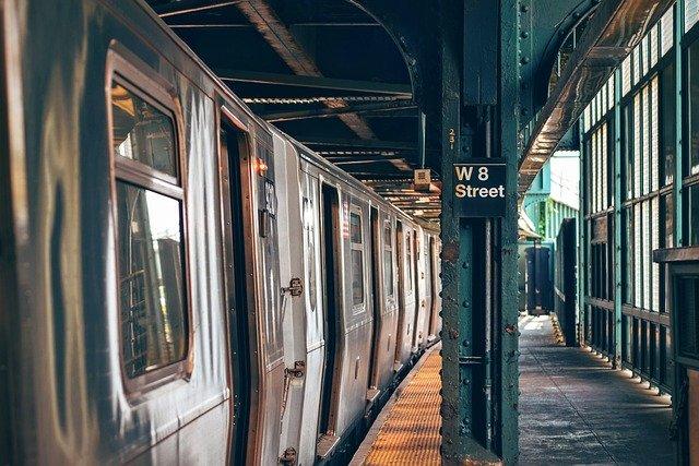 běžné vlakové nástupiště